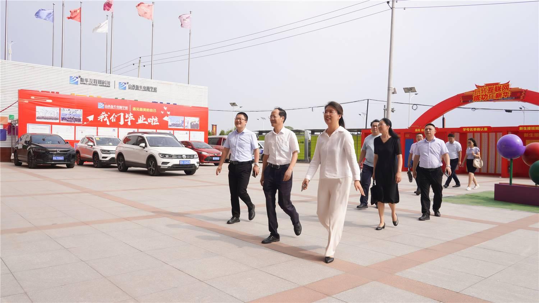 山西省政协副主席李青山一行莅临山西新华电脑学校视察指导工作